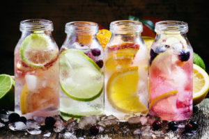 Gibt es das wirklich? Getränke, die gesund machen? Oder wenigstens schön? Oder ist das nur ein Marketing-Gag? Wir nehmen Gesundheits-Drinks unter die Lupe.